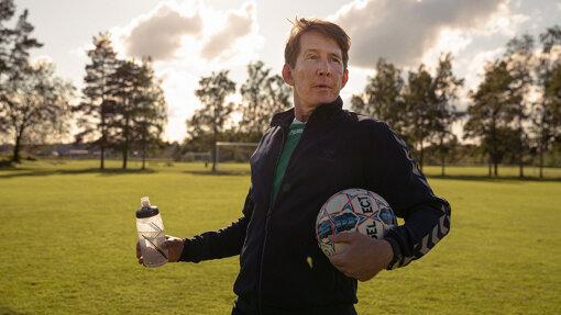 少年サッカーチームのコーチを務めるトミー(トマス・ボー・ラーセン) / 『アナザーラウンド』場面写真 ©2020 Zentropa Entertainments3 ApS, Zentropa Sweden AB, Topkapi Films B.V. & Zentropa Netherlands B.V.