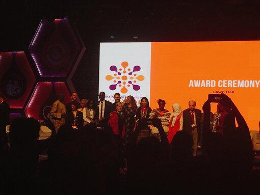 「国連人口開発会議(ICPD25)」受賞セレモニーの様子。後列左から5番目の男性がハンス・リンデ氏(写真:筆者提供)