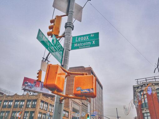 ニューヨーク・ハーレム、「マルコム・X・ブルーバード」の標識 Photo by Kaysha on Unsplash