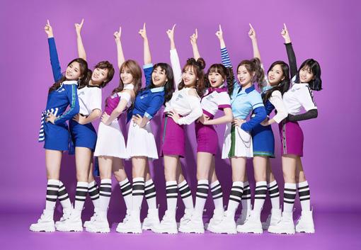 TWICE(左からツウィ、ジョンヨン、サナ、ジヒョ、ナヨン、チェヨン、ダヒョン、ミナ、モモ)