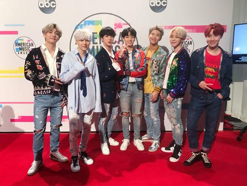 防弾少年団。『American Music Awards』にて(左からV、SUGA、ジン、ジョングク、RM、ジミン、J-HOPE)