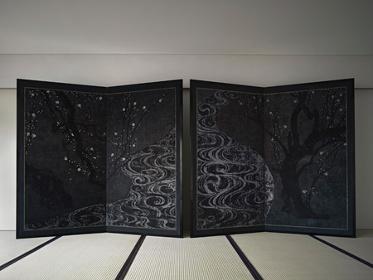 『月下紅白梅図』2014年 杉本博司 撮影:杉本博司