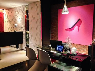 『Monroe's Shoes』 シンヤチサト 1,500 x 1,500 mm 2012年 キャンバスにアクリル・スワロフスキー