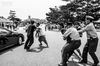 島崎ろでぃー『沖縄・平和祈念公園で安倍首相の車列に抗議する人々』