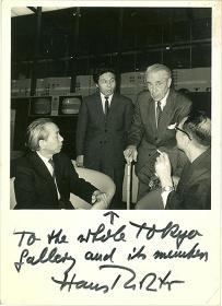 来日したハンス・リヒターを囲んで 1966年(左から瀧口修造、中原佑介、ハンス・リヒター)、撮影者不詳、ハンス・リヒターのサイン入り、中原佑介コレクション