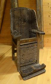 『刺(とげ)のある椅子』19世紀 ローテンブルク中世犯罪博物館(ドイツ)©The Mainichi Newspapers