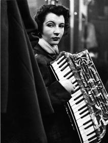 ロベール・ドアノー『ピエレット・ドリオン、パリ、1953年』 ©Atelier Robert Doisneau/Contact 東京会場展示作品