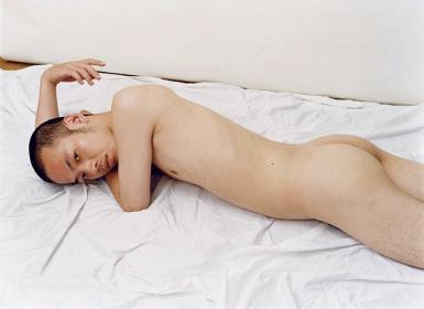 『うつ伏せに横たわり、坊主頭をこちらに向けている』(シリーズ「男の乗り方」より、2006年) Courtesy of Yumiko Chiba Associates, Zeit-Foto Salon ©Ryudai Takano