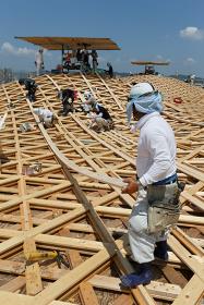 木屋根施工の様子 ©Kai Nakamura