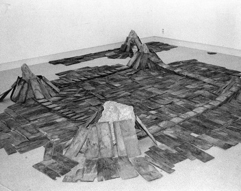 菅木志雄『辺界』1978年 ギャラリー彩園子での展示風景 ©Kishio Suga, Courtesy of the artist and Blum & Poe, Los Angeles/New York/Tokyo