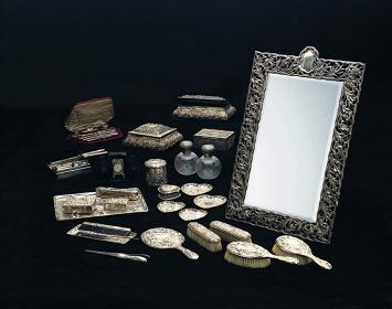 《あやめ文銀製化粧セット》1903-1907年 ゴールドスミス&シルヴァースミス社