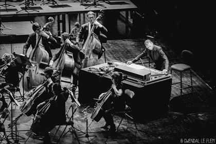 ジェフ・ミルズとオーケストラによるコラボレーション公演の様子