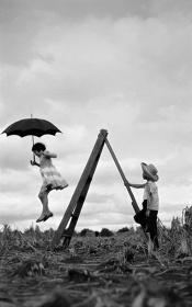 『治雄の娘マリアと甥のトミタ・カズオ』1955年 パラナ州ロンドリーナ トミタ農園 ©Haruo Ohara/Instituto Moreira Salles Collections