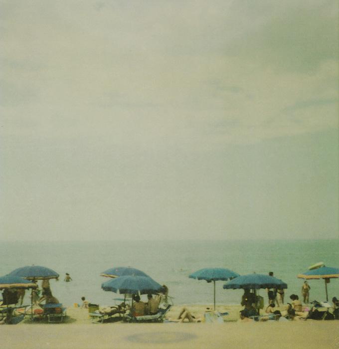 『ミラマーレ、海辺』2005 年 カラードライプリント、厚紙 個人蔵 ©Nicola Del Roscio Foundation, Courtesy Nicola Del Roscio Archives