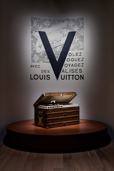 『空へ、海へ、彼方へ ― 旅するルイ・ヴィトン展』展示風景 ©LOUIS VUITTON / JSouteyrat