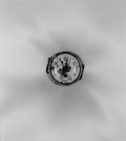 『上野町から掘り出された腕時計 長崎国際文化会館・平野町』1961年 ©Shomei Tomatsu – INTERFACE 長崎県美術館蔵