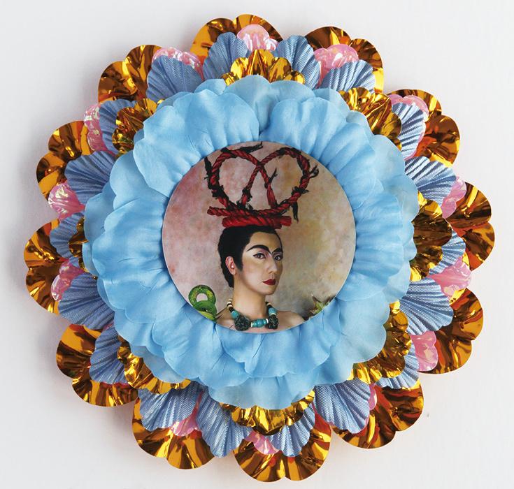 森村泰昌『花の中のフリーダ/赤い髪飾り』カラープリント、造花 2002 Courtesy of galerie 16