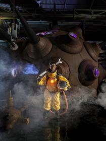 アトムスーツを着用した永瀬正敏 撮影:表恒匡 ©Kenji YANOBE Courtesy of YAMAMOTO GENDAI
