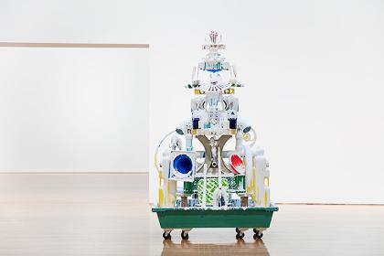 『ホワイト・ディスチャージ(建物のようにつみあげたもの/丸亀)』2016年 撮影:井上佐由紀