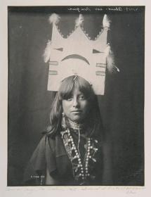 エドワード・S・カーティス『タブリタのダンスを踊る女性 サン・イルデフォンソ族』1905年(print:1988) 所蔵・画像提供:清里フォトアートミュージアム