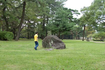 関川航平『岩を持ち上げられない』