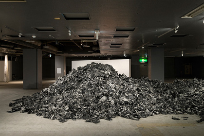 『Matter / Vomit』2016年 『あいちトリエンナーレ2016』展示風景 インクジェット・プリント、ワックス サイズ可変 ©Daisuke Yokota, Courtesy of G/P gallery