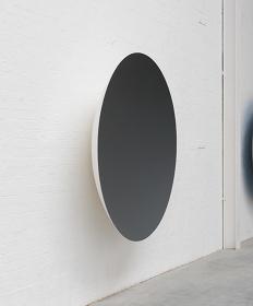 アニッシュ・カプーア『Monochrome(Garnet)』2015 年 ファイバーグラス、塗料 188×188×39cm