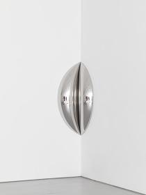 アニッシュ・カプーア『Clip』2016 年 ステンレス 150×75×41cm 協力:スカイザバスハウス