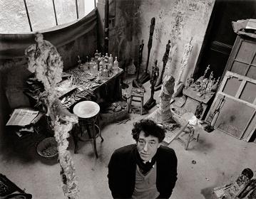 『アトリエのアルベルト・ジャコメッティ』パリ、1957年 ©Atelier Robert Doisneau / Contact