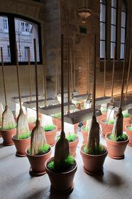 ミシェル・ブラジー『Sans titre』2013 ほうき、素焼きの植木鉢、土、ランプ|サイズ可変 Photo: Fanny Wahart / Collège des Bernardins, Paris Courtesy of the artist and ART : CONCEPT, Paris