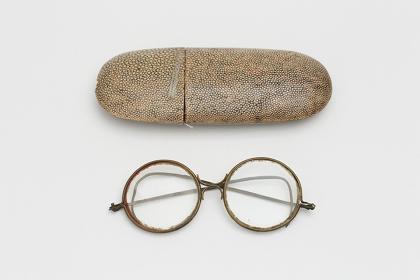 フジタの愛用の眼鏡とケース フランク・シャーマン旧蔵コレクション(個人蔵、伊達市教育委員会寄託、保存管理:NPO 法人噴火湾アートビレッジ)
