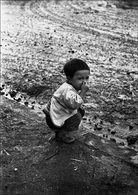 Kikuji Kawada 『Muddy Road, Ikebukuro』 1953年 ©Kikuji Kawada Courtesy of P.G.I.