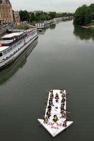 プレイ『La Seine 現代美術の流れ』記録写真 2012年6月5日 セーヌ川(パリ、フランス)撮影 南隆雄 ©THE PLAY