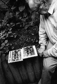 ゲッティンゲンにて、シュタイデル版『The Americans』の表紙をチェックするロバート・フランク、2007年 ©Gerhard Steidl