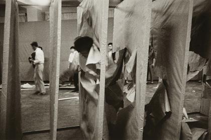 大辻清司『Transfixion of Murakami Saburo, the second Gutai exhibition』1956年 printed later Gelatin silver print Image size:19.8×30cm Paper size:27.8×35.1cm ©Seiko Otsuji, Makiko Murakami and Musashino Art University Museum & Library / Courtesy of Taka Ishii Gallery Photography / Film, the Estate of Saburo Murakami and ARTCOURT Gallery