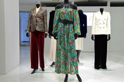 『Mon YVES SAINT LAURENT』展示イメージ 日本服飾文化振興財団2015年展示会より