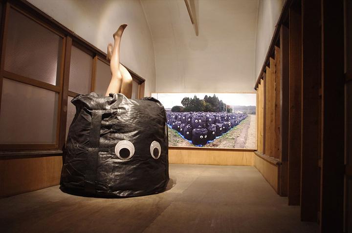 岡本光博『モレシャン』 2015年 黒フレコンバッグ(放射能汚染土廃棄袋)、目玉、マネキン 福島いわき市での展示風景