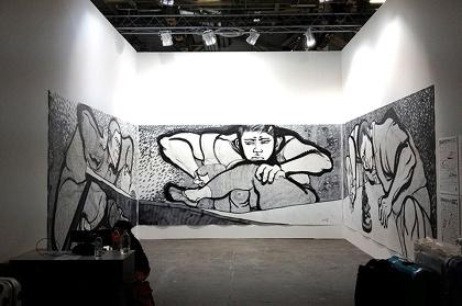 後藤靖香『机上の空砲』 2013年 鉛筆、墨、キャンバス/212(h)×430(w) cm×3点