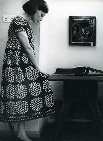 ドレス『カトリッリ』、ファブリック『プケッティ』(ブーケ) 服飾・図案デザイン:アンニカ・リマラ 1964年 Design Museum Archive / Photo: Seppo Saves