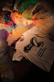 @Yohji Yamamoto Tシャツ Photo:田原桂一、Painting:朝倉優佳(背景のペインティング作品)