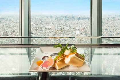 朝の眺望と共に楽しむ『チキン・ママレード・サンドイッチ』(イメージ) ©吉住渉/集英社・りぼん ©TOKYO-SKYTREE