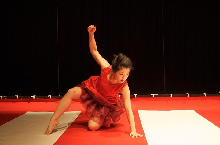 2012年『三番叟/娘道成寺』より『娘道成寺』 撮影:鈴木竜一朗(日光堂)演出・振付・出演:きたまり