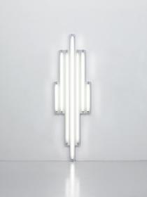 """ダン・フレイヴィン『""""MONUMENT""""FOR V. TATLIN』(『V・タトリンのための""""モニュメント""""』)1967年 7本の白色直管蛍光灯 / Set of 7 white fluorescent tubes 244×72×7cm Courtesy Foundation Louis Vuitton ©ADAGP, Paris 2017"""