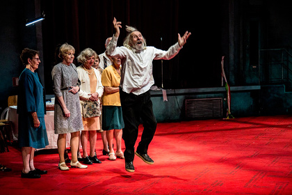 ピーピング・トム『ファーザー』舞台写真 ©Oleg Degtiarov