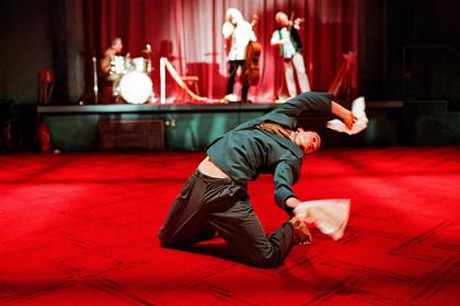 ピーピング・トム『ファーザー』舞台写真 ©Herman Sorgeloos