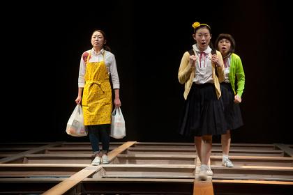 北九州芸術劇場プロデュース『しなやか見渡す穴は森は雨』舞台写真 撮影:藤本彦