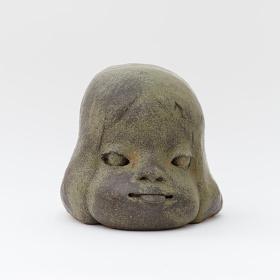 奈良美智『舌出しの子』2010 28×37×28cm ©Yoshitomo Nara