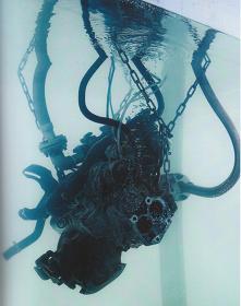 國府理『水中エンジン』2012年 自動車のエンジン、鉄、水、ガソリン他 撮影:表恒匡 アートスペース虹での展示風景