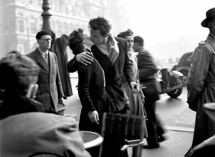 ロベール・ドアノー『パリ市庁舎前のキス』 ©2016/Day For Night Productions/ARTE France/INA ©Atelier Robert Doisneau