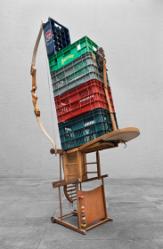 アブラハム・クルズヴィエイガス『Self portrait as a childish junkie living at the corner of Orizaba and Zacatecas Streetsjust after WWII』2012, Plastic crates, iron wire, wooden cart/chair, ribbon, cotton string, wooden bow, huarache sandal, rubber, mango wood, 219×116×46.5cm, Courtesy of the artist and and kurimanzutto, Mexico City